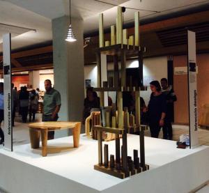 Il tavolino scomponibile in sgabelli e ricomponibile in tavoli di Michele Bella e Stefano Salvaterra, realizzato da Alpilegno