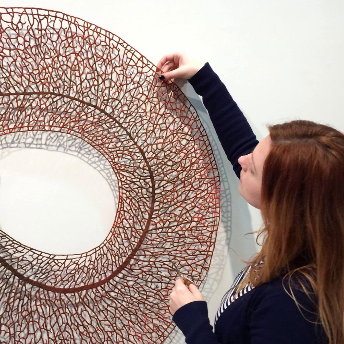 Le sculture ricamate di Meredith Woolnough